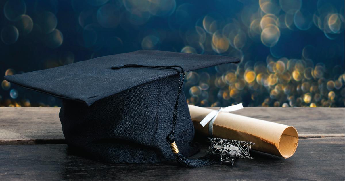 Un mortier et un diplôme sur un bureau