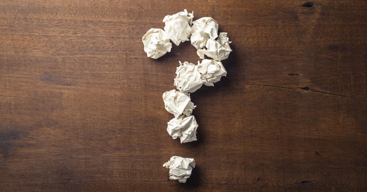 Point d'interrogation fait de boules de papier froissé